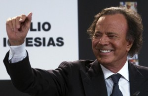 Spanish singer Julio Iglesias gestures after receiving two awards, for the artist with most albums sold in Spain and for Latin artist that has sold the most records in history, in Madrid December 16, 2011. REUTERS/Juan Medina  (SPAIN - Tags: ENTERTAINMENT) - RTR2VC0S
